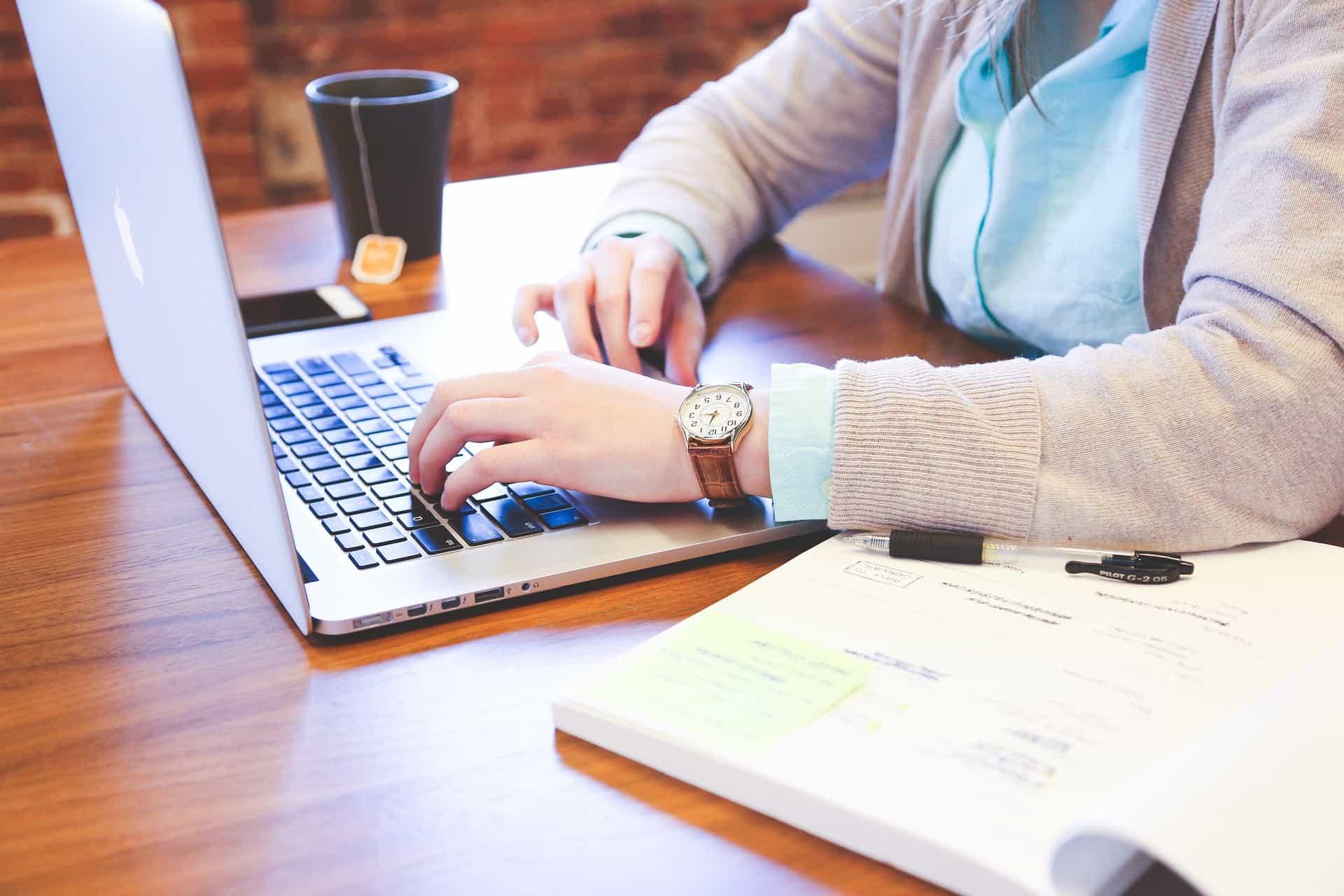 Cinco consejos para escribir introducciones atractivas en escritos profesionales.